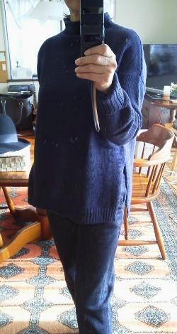 キッチンハイター色落ちジーンズとネイビーセーターのコーデ