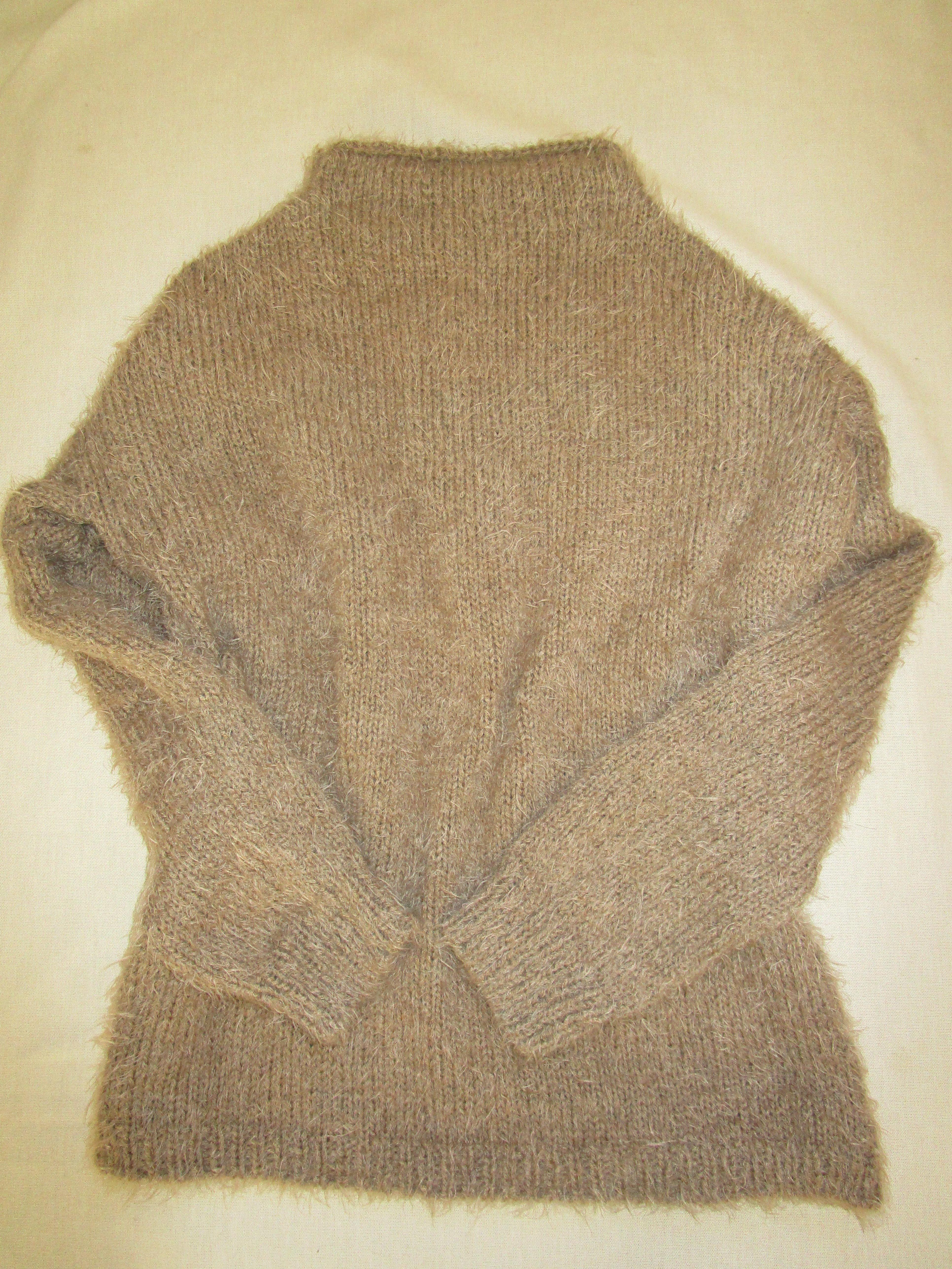 編み直しベージュストールからセーターにリメイク