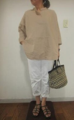 GUオーバーサイズスキッパーシャツベージュ×ホワイトのゆったりコーデ
