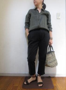 ユニクロカーキリネンシャツ×ブラックパンツのコーデ