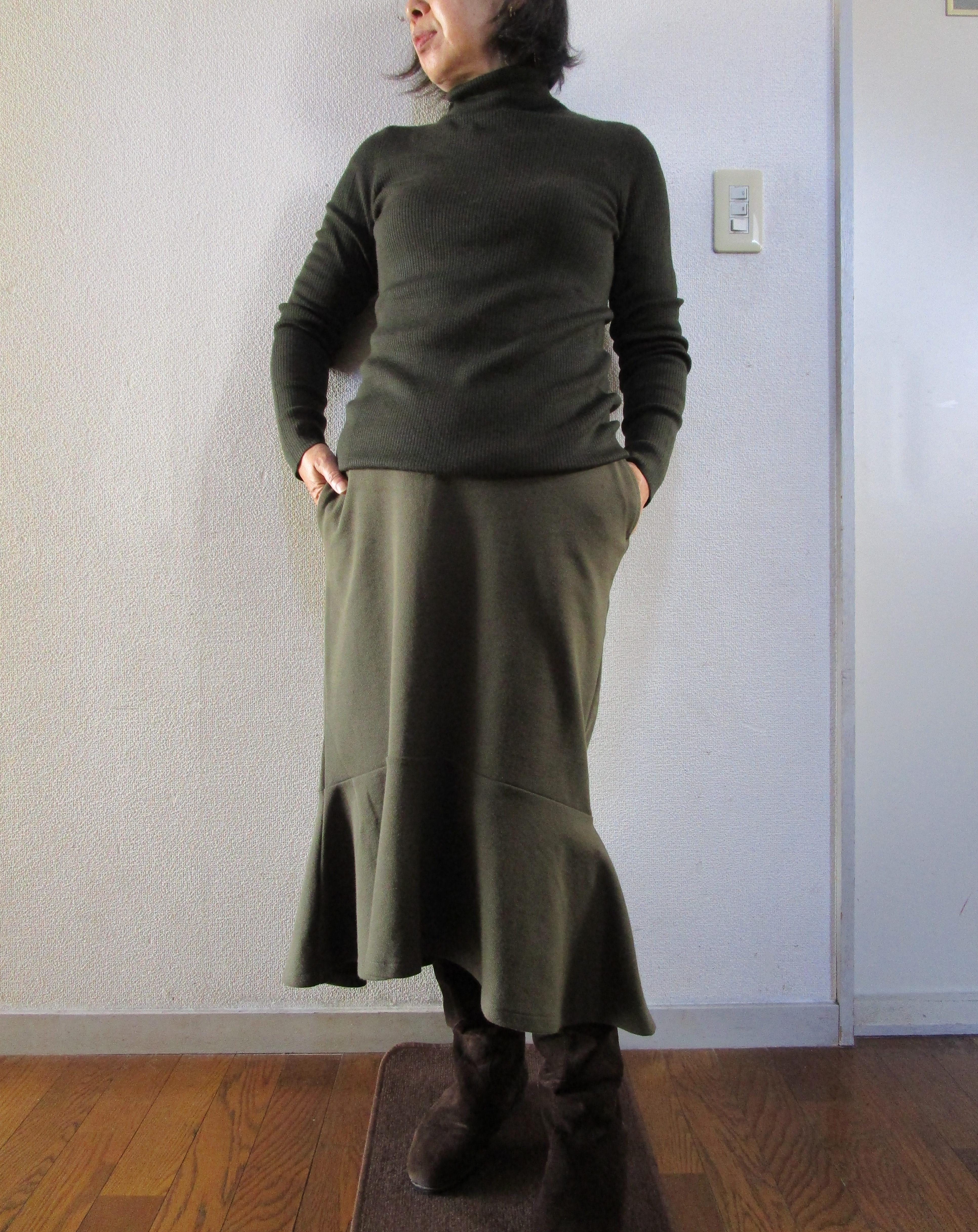 ユニクロリブタートルセーターとミラノリブスカートで上下カーキコーデ