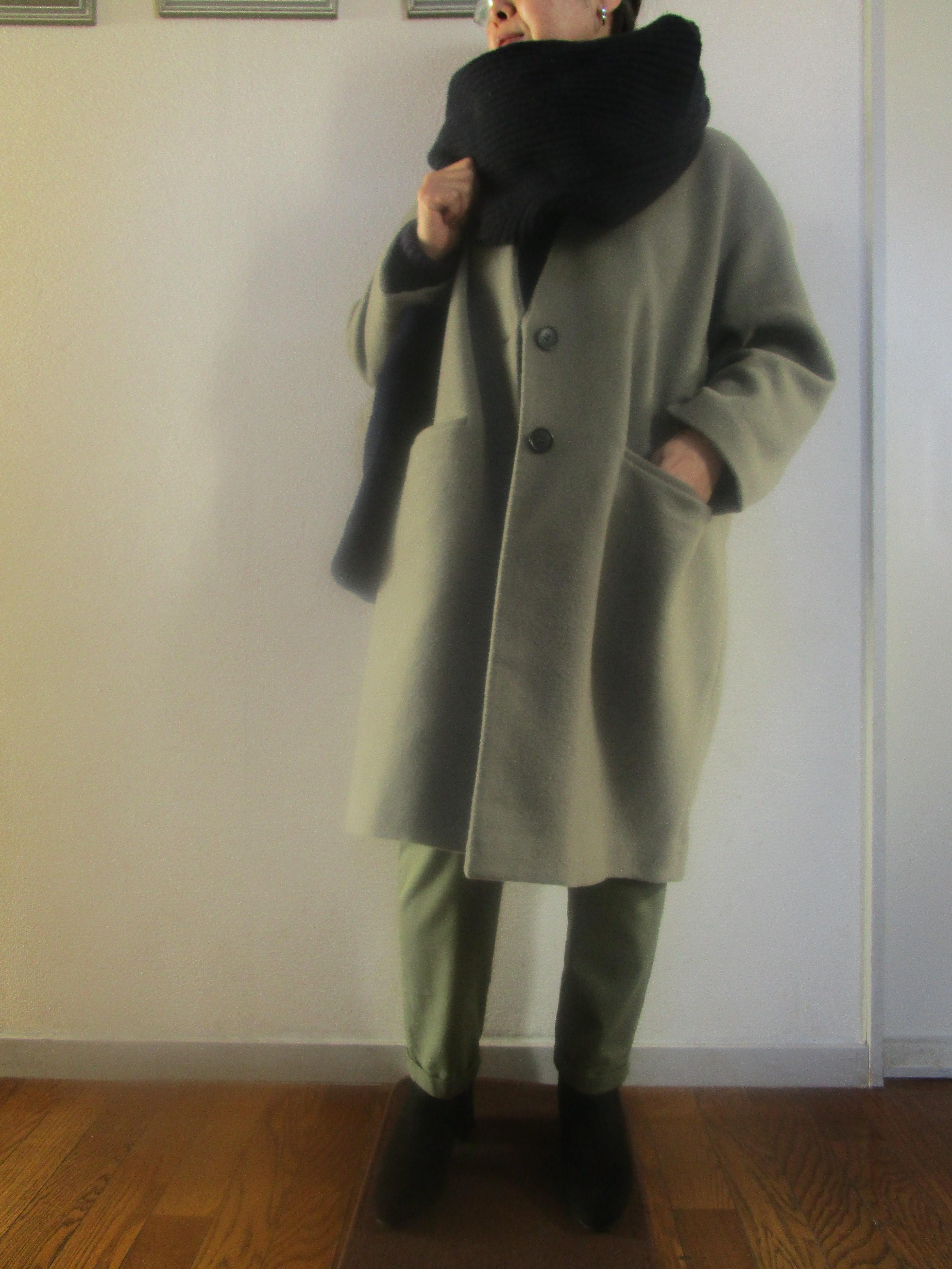 ユニクロUのセーターをスヌード風に巻いて