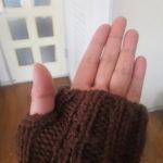 長すぎるセーターの袖、苦肉の策で指なし手袋風にリメイク