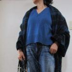 きれい色ブルーセーター×デニムでカジュアルコーデ
