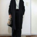 ネイビーのコートとネイビーのパンツ