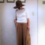 ブラウンの帽子+ベージュワイドパンツのシンプルコーデ