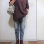 ワインレッドのチュニックセーターと同色ブーツのコーデ
