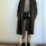 ブラウンコートとモカブラウンセーターのコーデ