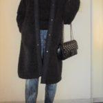 黒のタートルネックセーターとデニムの万能的なスタイル