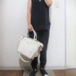 オールネイビーコーデに合わせるバッグは何色?